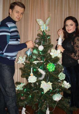 Лилия Подкопаева украшает елку розами