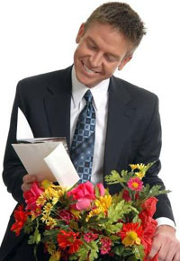 Уместно ли дарить цветы мужчине?